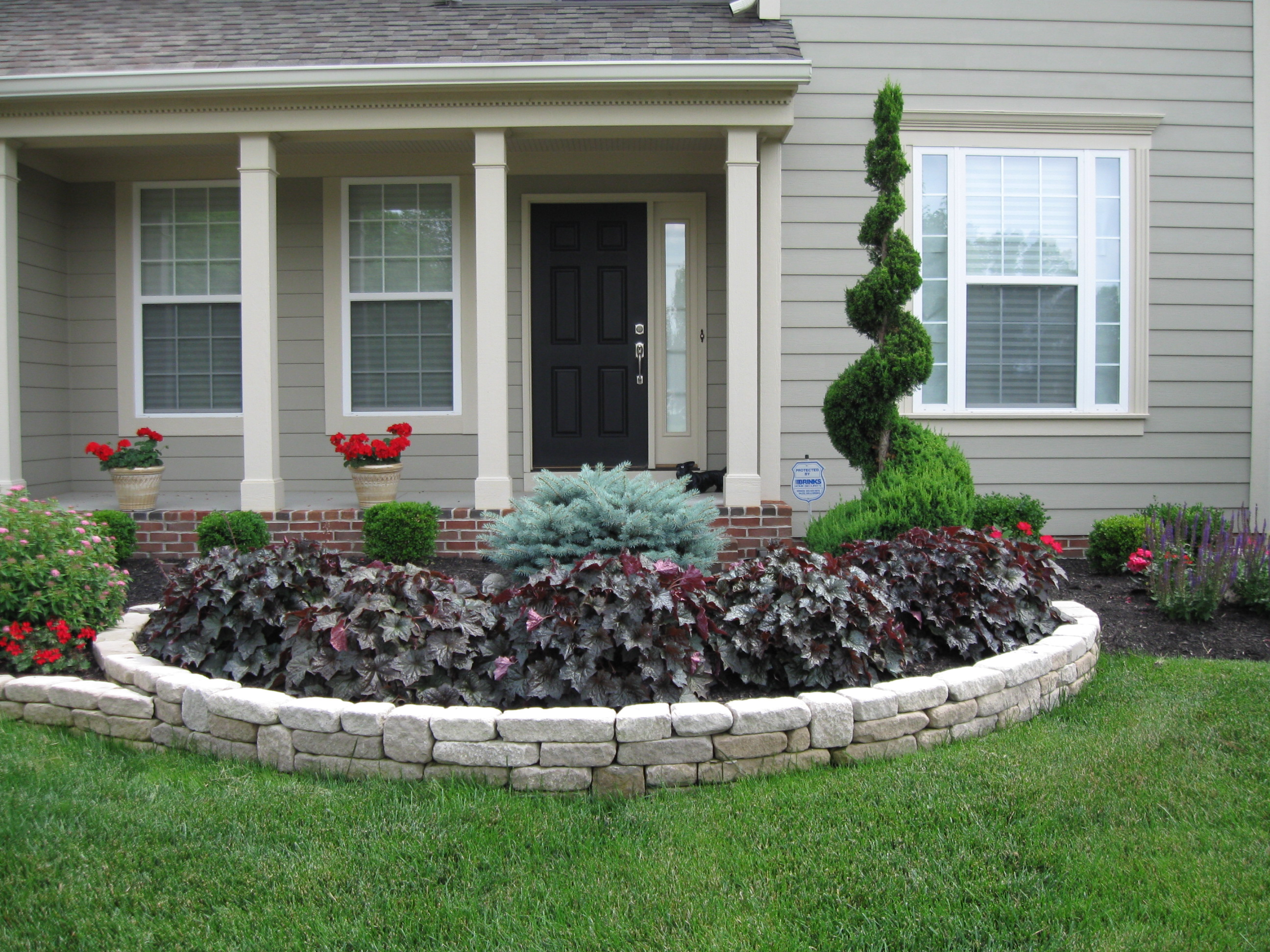 Spot light front yard landscaping transformation for Flower bed designs for front of house